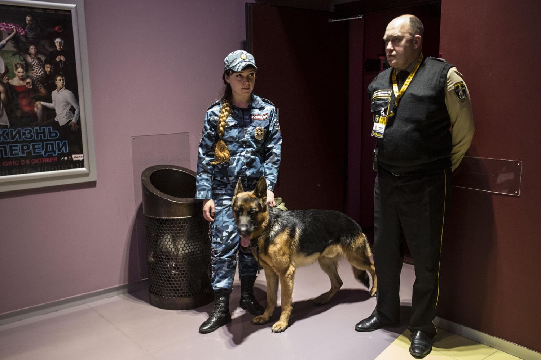 Кинологи охраняют и залы в «Люксоре»