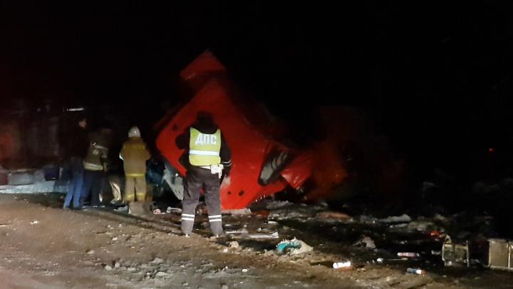 На трассе Реж — Екатеринбург столкнулись два самосвала, водитель одного из них погиб