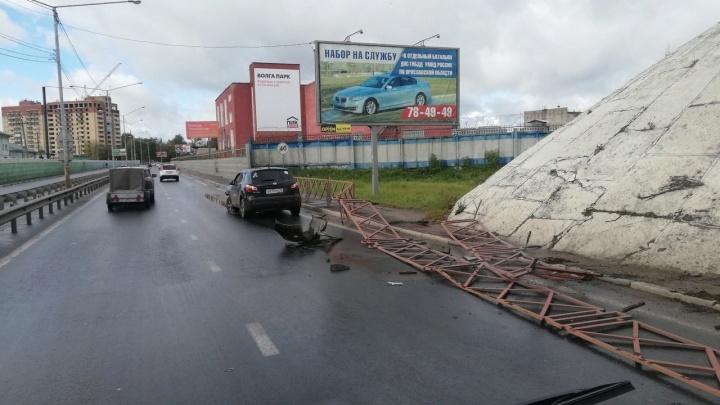 Смял, как картонку: в Ярославле водитель легковушки снёс дорожное ограждение