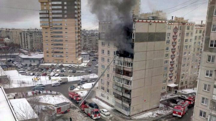 «Очень много чёрного дыма»: на северо-западе Челябинска вспыхнула квартира в десятиэтажке