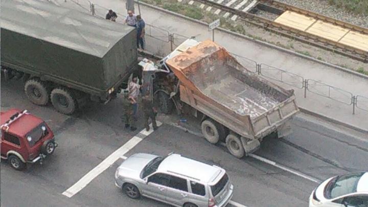 Водитель КамАЗа застрял в салоне после аварии с военной техникой