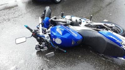 На проспекте Машиностроителей в Кургане столкнулись Renault Logan и мотоцикл