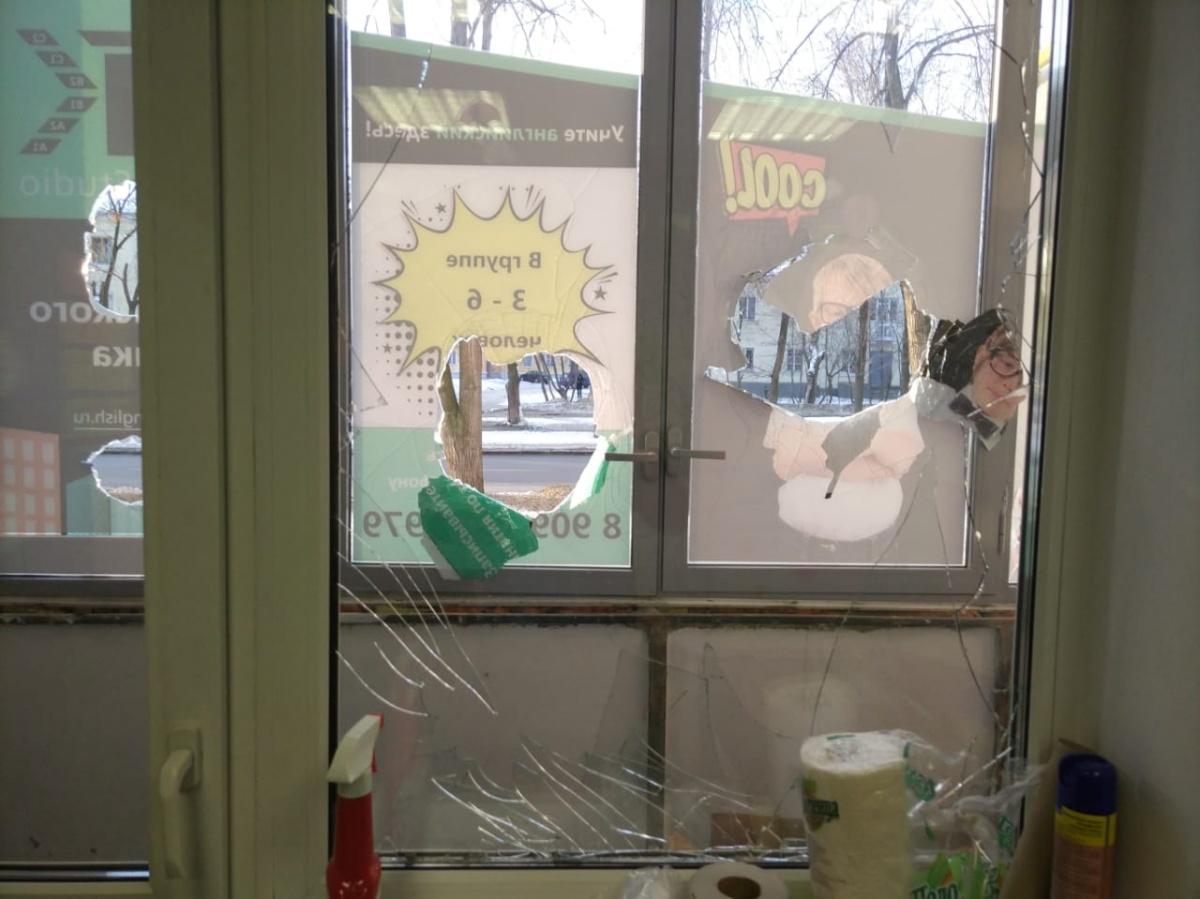У помещения оказались выбиты внутренние и наружные стекла