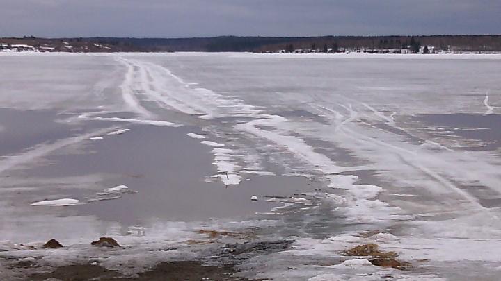 В Прикамье под лед провалился снегоход: спастись смог только один человек из трех