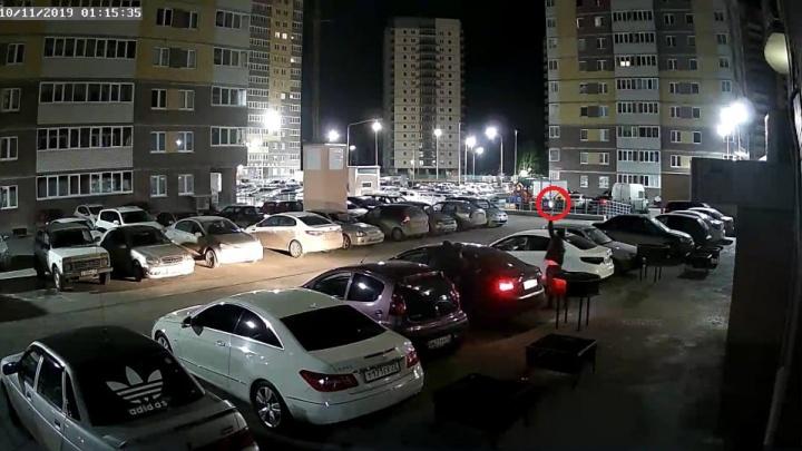 Стреляли в воздух из пистолетов: ночью двое мужчин устроили пальбу во дворе дома на Мельникайте