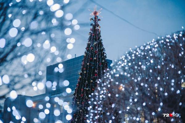 Как только на город опускаются сумерки, огоньки гирлянд создают атмосферу настоящей зимней сказки
