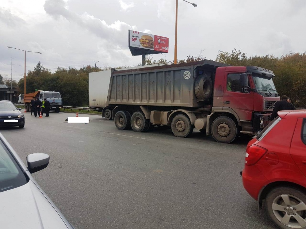 Под колесами грузовика погиб пешеход