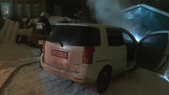 Приехали в гости: в Ярославле загорелась иномарка из Краснодара