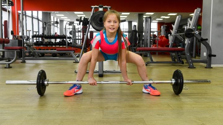 А чего добился ты? 11-летняя силачка тягает гири, прыгает с парашютом и ставит мировые рекорды