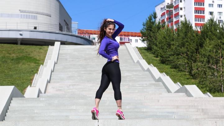 Пять простых упражнений на лестнице для тех, кто хочет «ножки, как у Дженнифер»