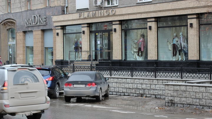Власти разрешили ставить машины на скандальной парковке возле элитных бутиков в центре Новосибирска
