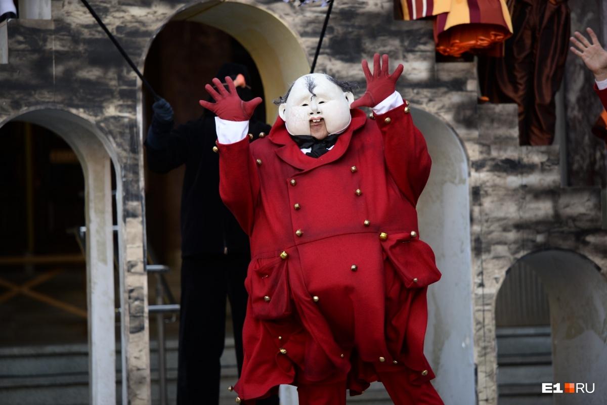 Монстры танцевали, а дети ели петрушку: зажигательное открытие фестиваля кукольников в 30 кадрах