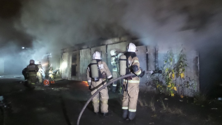 В Екатеринбурге на Восточной загорелись гаражи рядом с автозаправкой