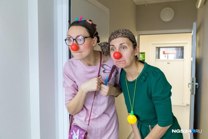 Больничные клоуны веселят детей из онкоотделения