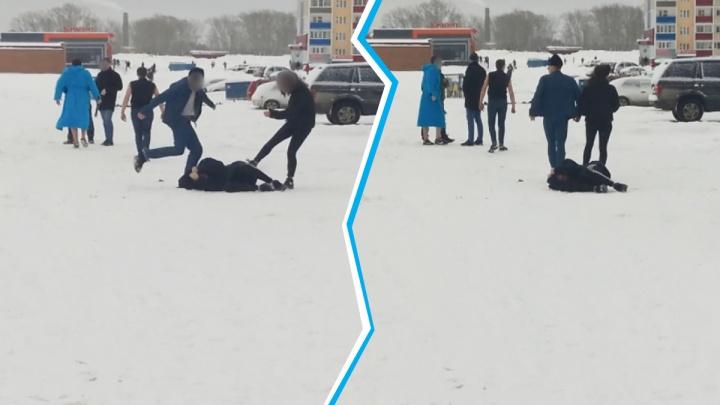 В полиции ищут участников драки с халатом и битой в Первомайском районе