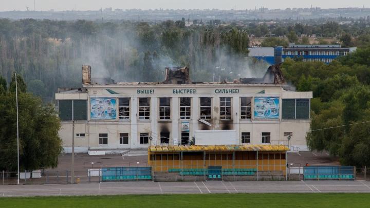 У сгоревшего спорткомплекса Волжского фасадная стена дала опасный крен