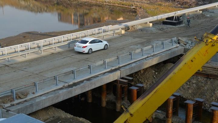 Дорожное видео недели: проезд под Макаровским мостом, битумный ливень и лихач против мамы с коляской