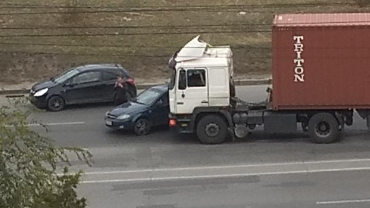 Фура с иномаркой и маршрутка с «Нивой»: в Волгограде аварии привели к километровой пробке