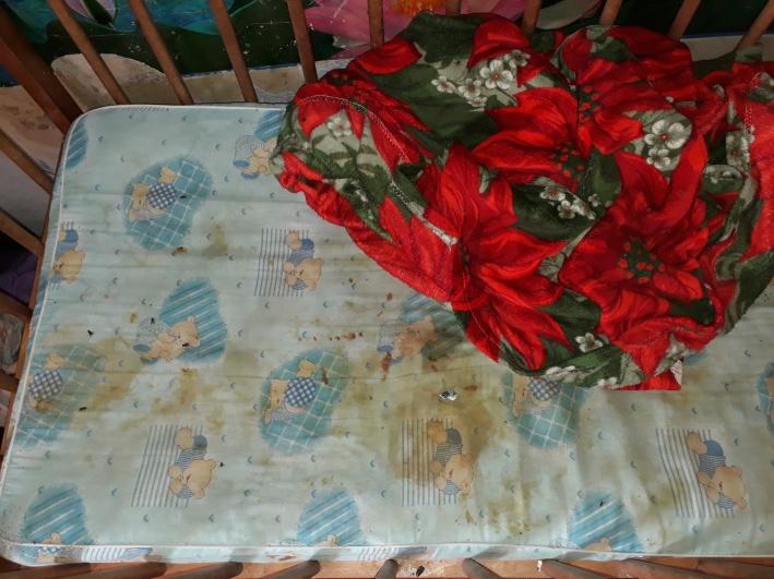 По словам очевидцев, одного из мальчиков нашли в этой кроватке. Он был в таком состоянии, что не сразу было понятно — жив он или нет
