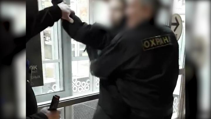 Охранника, который сцепился с девушкой из-за вафель, отстранили от работы в«Перекрестке»
