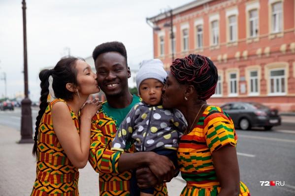 Знакомьтесь, это новоиспеченная семья Вонди из Тюмени. Первая семья в нашем городе с корнями из африканской Ганы