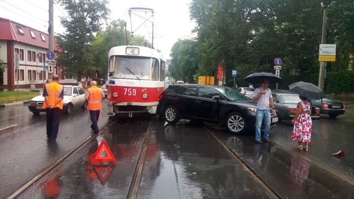 Прямо в багажник: на Красноармейской в Самаре трамвай столкнулся с автомобилем Toyota