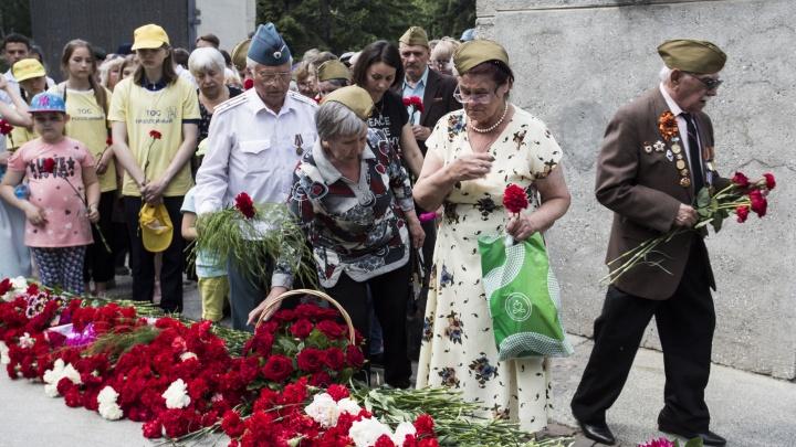 Фото: новосибирцы принесли розы и гвоздики к Монументу Славы