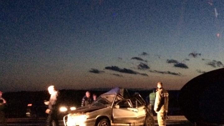 ВАЗ смяло в гармошку: на трассе в Ярославской области фура въехала в легковушку
