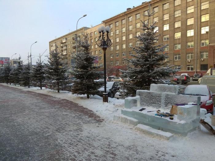 Скамейка появилась рядом со зданием ЗСЖД