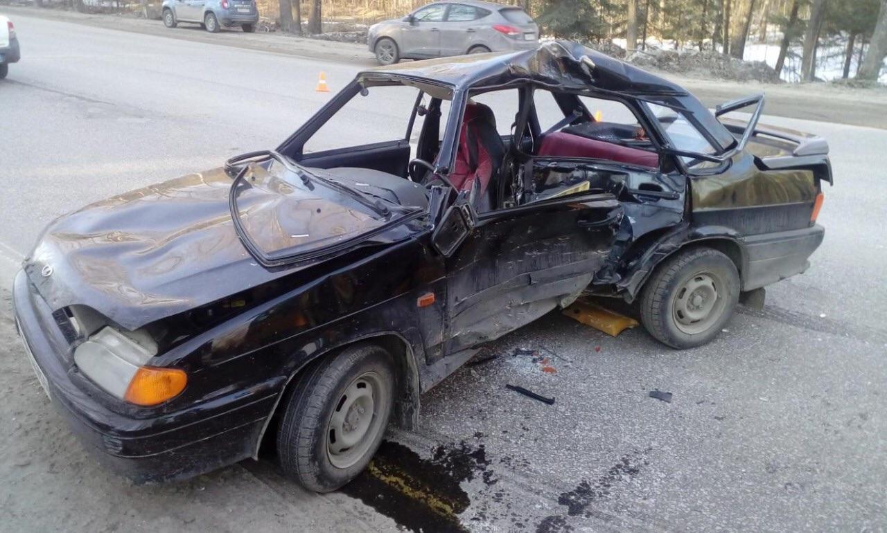 После аварии легковушка превратилась в искореженный металл