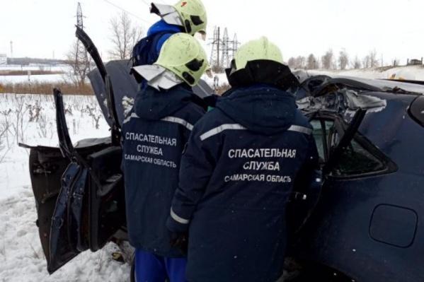 Спасатели достали погибшего из машины
