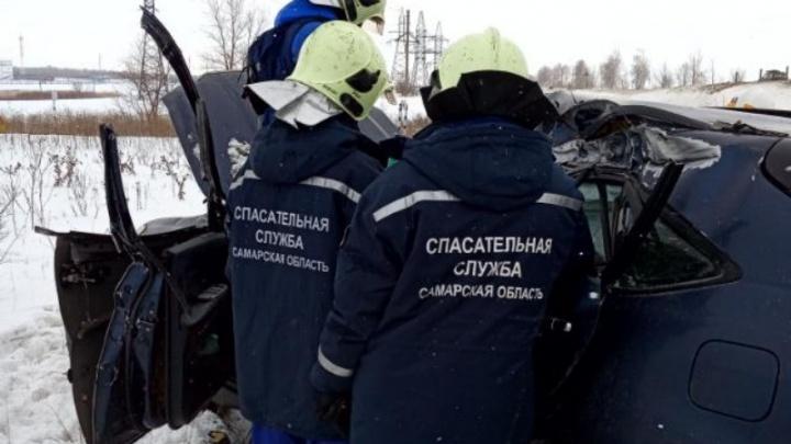 Удар пришелся на водителя: под Самарой «Лексус» лоб в лоб столкнулся с КАМАЗом