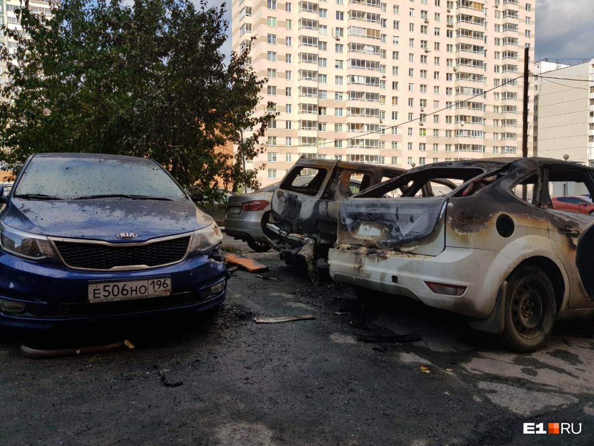 В Пионерском возле подъезда многоэтажки сгорели два легковых автомобиля