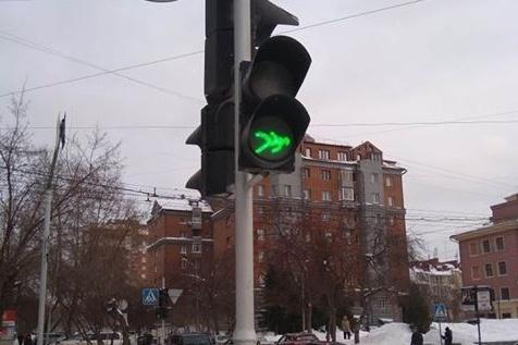 На пересечении Красного проспекта и улицы Державина заметили светофор с перевёрнутым символом пешехода