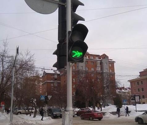 «Человек вверх ногами»: в Новосибирске появился светофор с перевёрнутым знаком