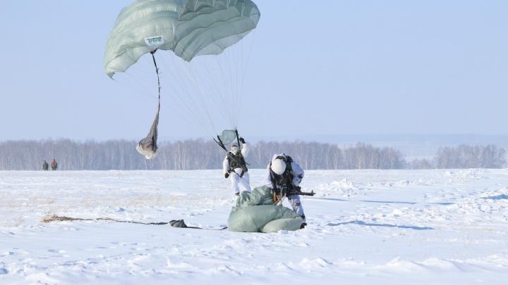 На полигоне под Новосибирском десантировались 200 спецназовцев