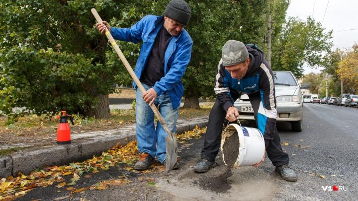 «За месяц ничего не поменялось»: забывчивых чиновников Волгограда заставят отремонтировать дорогу