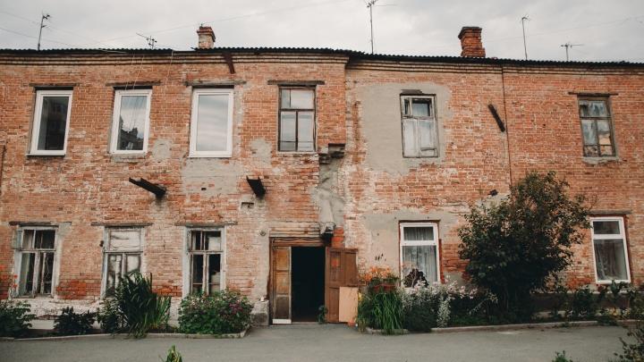 Когда-то тут были фабрика, коммуна и конюшня. Как живут тюменцы в аварийном доме с вековой историей