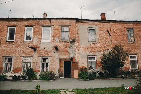 По документам, дом построен в 1918 году. Но жители предполагают, что его возвели на 20 лет раньше