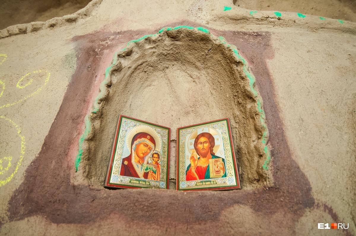 Семья говорит, что они не относятся ни к какой религии, но в доме есть и иконы, и элементы буддизма