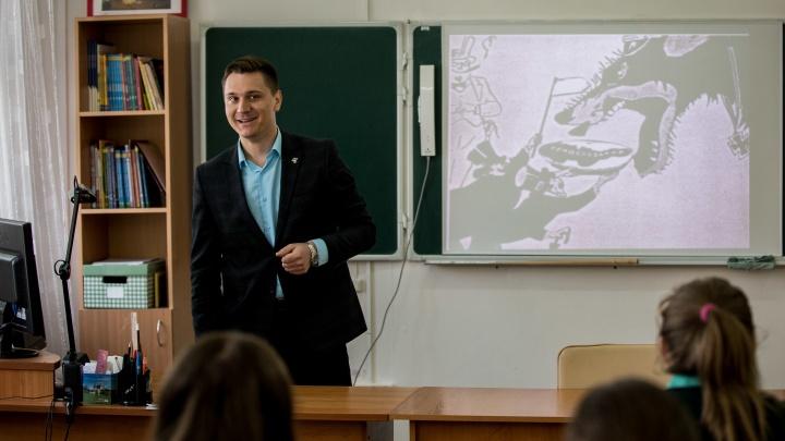 «Решёток у нас нет»: история учителя Данилко, который ведет уроки в школе за колючей проволокой
