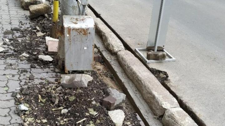 Прокуратура проверит старые бордюры, которые оставили на Красном проспекте после ремонта
