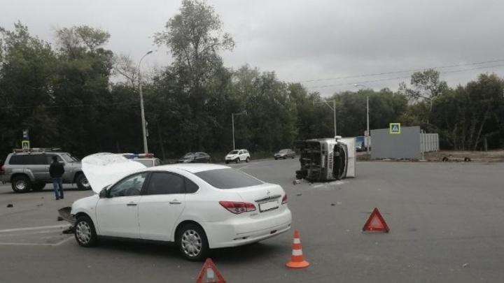 В Самаре водительNissan завалил фургон на перекрестке