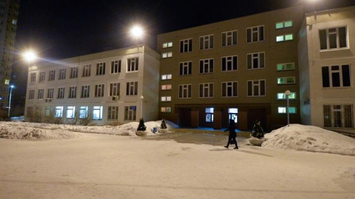 Родители выстроились в очереди в МФЦ Екатеринбурга, чтобы записать в школы своих первоклашек