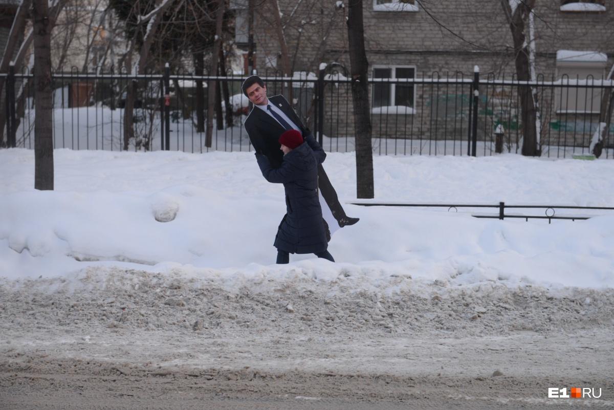 Снегомэр: измеряем высоту сугробов в Екатеринбурге Александром Высокинским