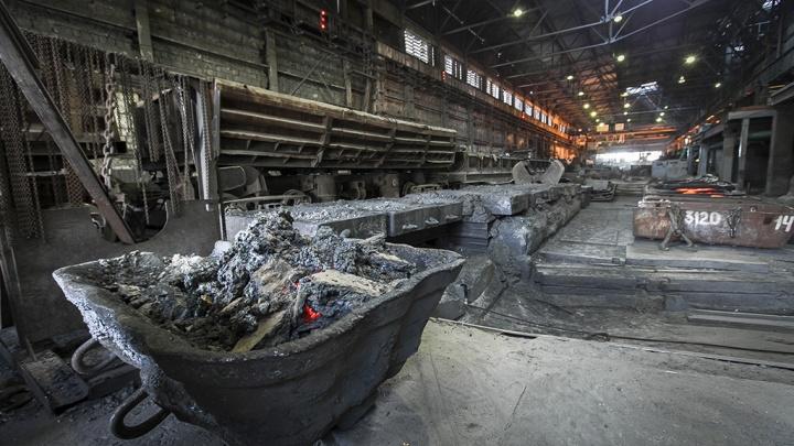 «Придавило 850-килограммовым бунтом»: работница погибла во время смены на челябинском меткомбинате