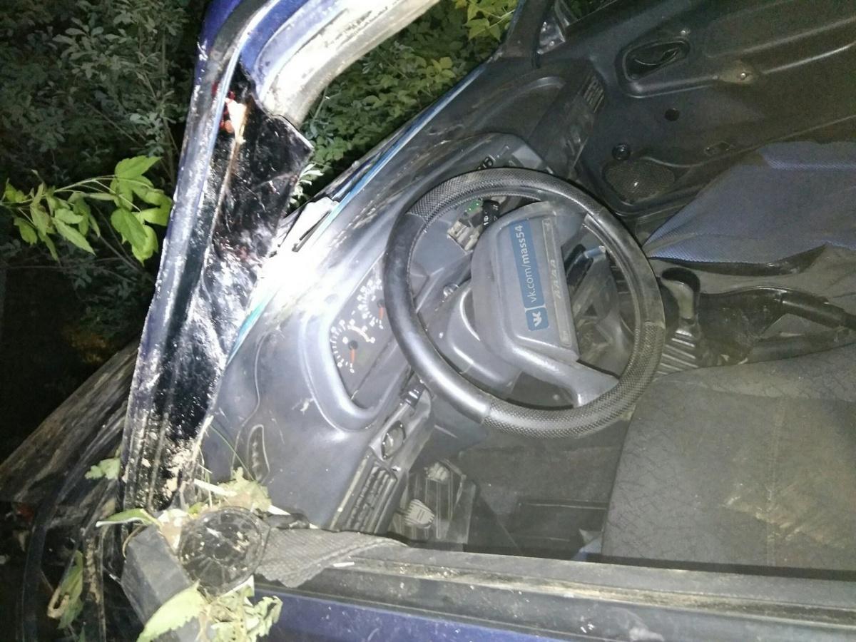 «Лада» опрокинулась вовраг вНовосибирске, шофёр умер