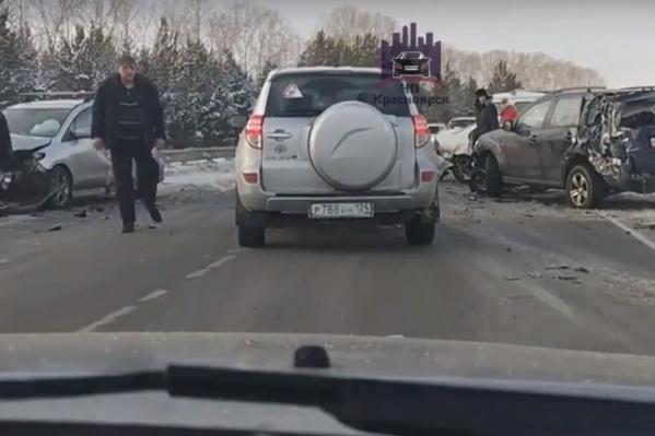 Последствия аварии на трассе в Емельяновском районе
