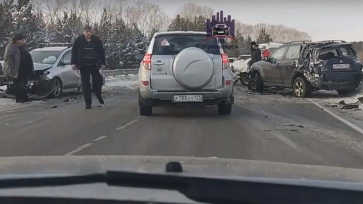 Иномарки раскидало на трассе в жесткой массовой аварии под Красноярском