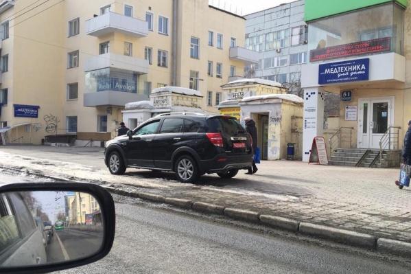 Фото сделано в марте 2019 года — машина стоит у дома на Красном проспекте, 51. От дороги её отделяет выделенная полоса для общественного транспорта
